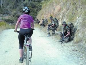 Una ciclista pasa junto a los soldados del Bruc mientras pedalea, el 12 de septiembre, por Collserola.