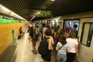 Usuarios de la línea 3 del metro en la estación de Sants, este lunes, durante los servicios mínimos en hora punta.  RICARD CUGAT