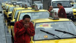 Encadenados-al-volante-de-un-taxi-chino