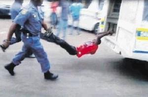 incidente-mozambiqueno-maniatado-policial-EFE_LNCIMA20130302_0344_5